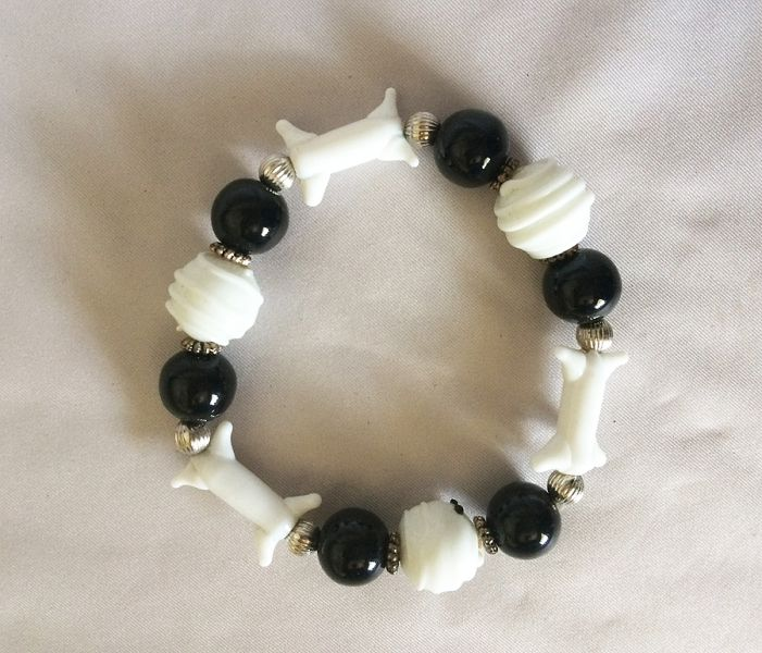 vintage halloween art glass jewelry bracelet bones skeleton beads black white halloween stretch bracelet